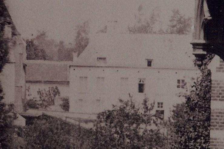 Schepenhuis met oude kerk -Detail