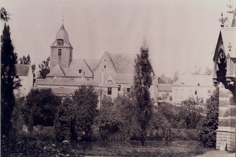 Schepenhuis met oude kerk (foto tussen 1858 en 1870)